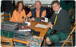 schotse ruiten uitzoeken in de tartan-o-theek van The World of Scotland