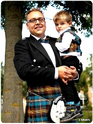 Een kilt passen bij The World of Scotland.
